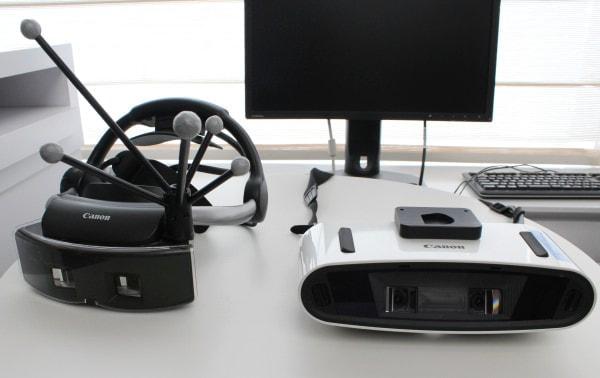 「MREAL」専用のヘッドマウントディスプレイ、右はオペラグラスタイプ