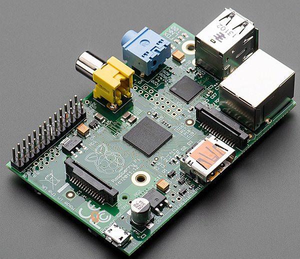 自作スマートフォンのベースとなった「Raspberry Pi Model B」