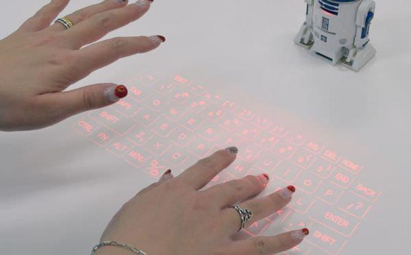 R2-D2 が投影するキーボードに触れると、文字を入力できる
