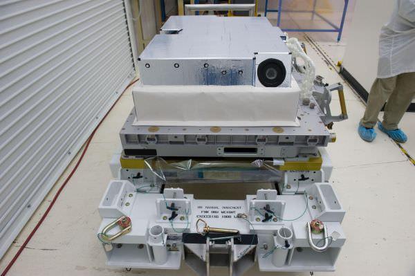 コロンバス外部に取り付ける撮影装置 (出典:NASA)
