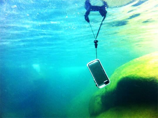 ケースを水面へ浮かび上がらせる「フローティングストラップ」