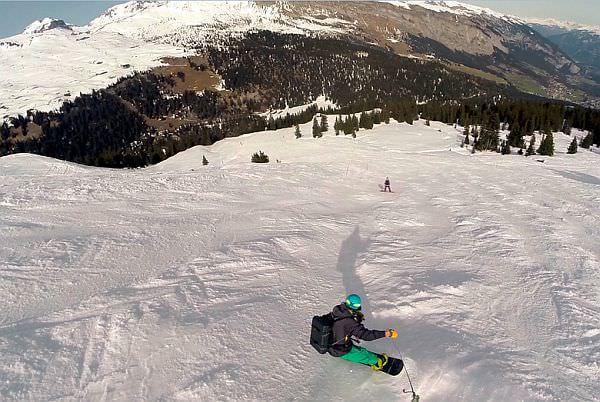スキーやスノボーなどの移動中も使える