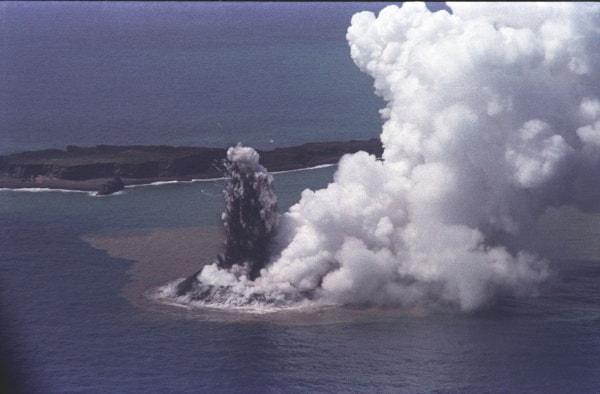 約40年前の新島誕生(1973年、出典:海上保安庁)
