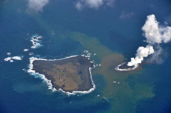 当初、新島(右)と近くの旧島(左)は親子のようだった(2013年11月、出典:海上保安庁)