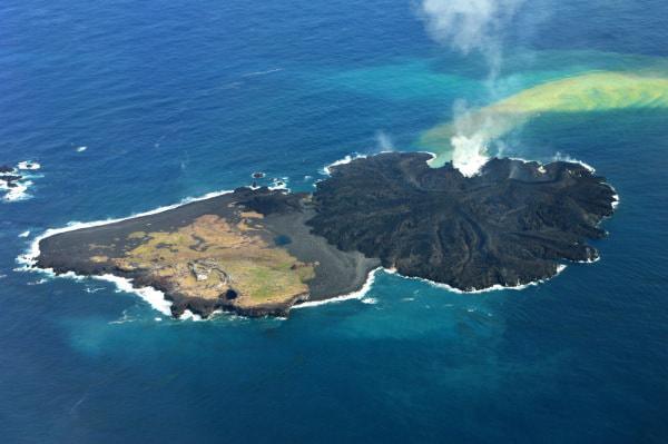 新島(右)は旧島(左)を飲み込むかのごとくに拡大(2014年1月、出典:海上保安庁)