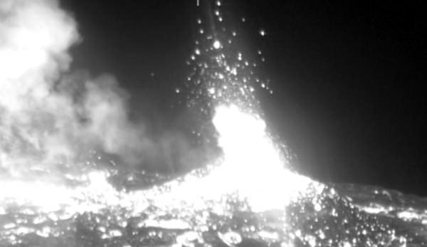 火口付近の赤外線写真、液状になった溶岩(2014年6月、出典:海上保安庁)