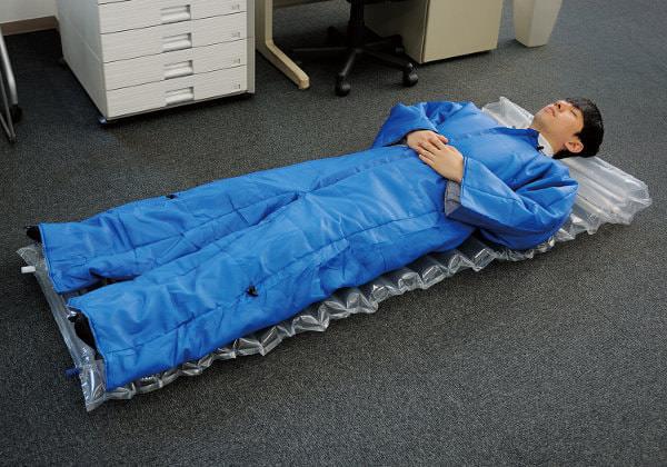 キングジムが「着る布団」発表--災害時のオフィス用に、いざというときすぐ動ける?