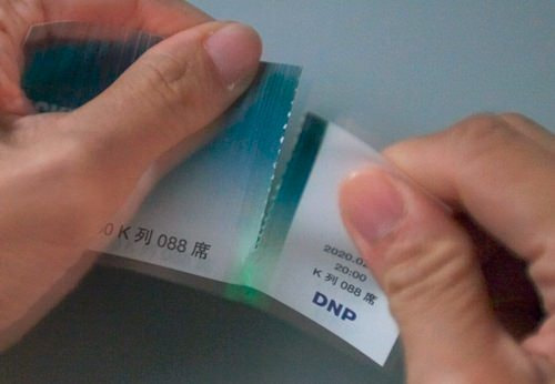 DNP、圧力がかかると発光する「応力発光印刷」で偽造防止