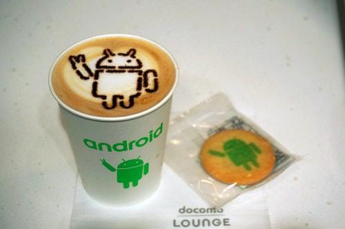Android のロボットをモチーフにしたラテアートとクッキー