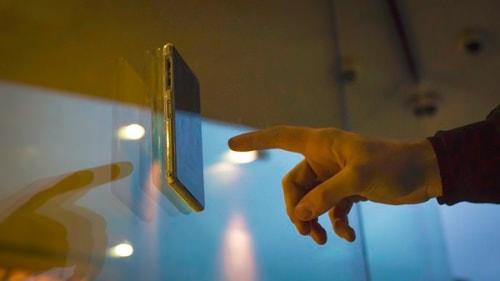 iPhone 6/6 Plus のハンズフリー化に便利、鏡やガラスにピタッとくっつくケース