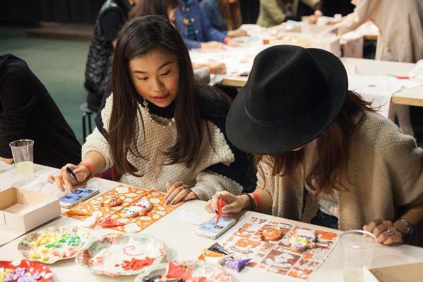 ピンタレストを見ながらハロウィンのクッキーを制作 (出典:ピンタレスト・ジャパン公式ブログ)