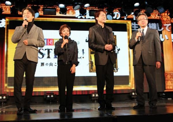 発表会には劇団四季 俳優の 青山弥生さん(左から2人目)と佐野正幸さん(左から3人目)も登場