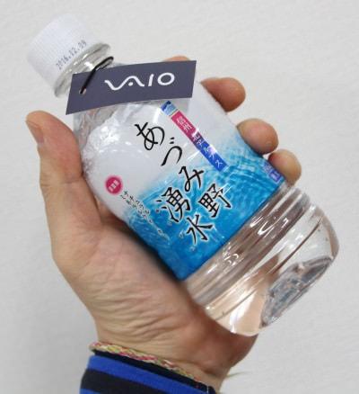安曇野の工場で設計から製造まで行う「MADE IN AZUMINO JAPAN」 発表会で配られたミネラルウォーターも安曇野産