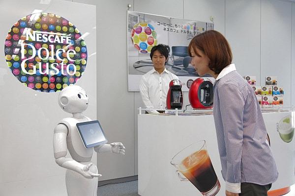 店舗で Pepper が接客しているイメージ (出典:ネスレ日本、ソフトバンクロボティクス)