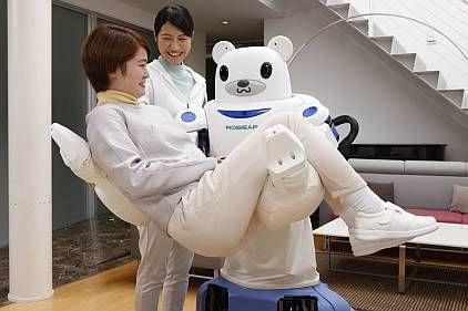 まるで人間のように介護するロボット、理研が開発