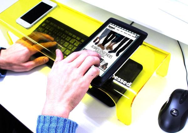 猫からキーボードが守れ!被せたまま打てる「テモトスケル キーボード収納デスク」