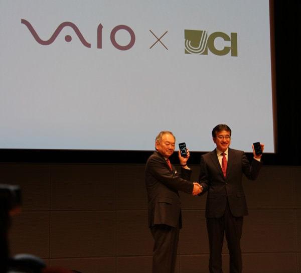 日本通信と VAIO の協業を強調 左:三田聖二氏(日本通信 代表取締役社長) 右:関取高行氏(VAIO 代表取締役社長)