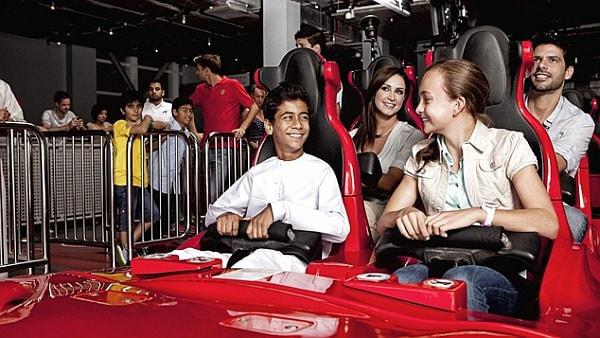 フォーミュラ・ロッサ F1 のコクピットのような座席 (出典:フェラーリ・ワールド・アブ・ダビ)