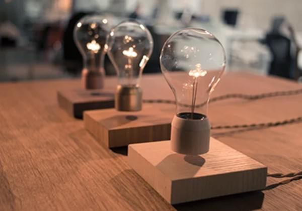 光る電球「Flyte」が空中浮遊、コードもバッテリもないのに!