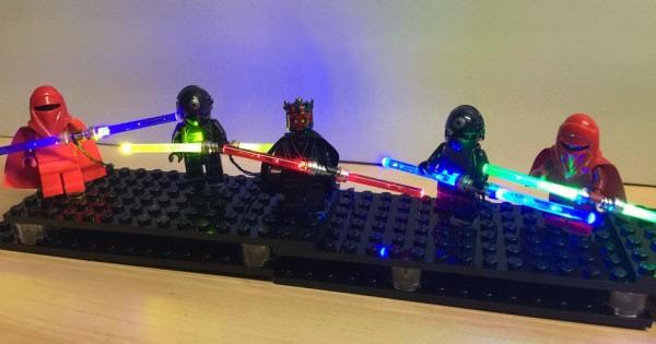 スター・ウォーズのダブル ブレード ライトセーバーを LEGO 人形に