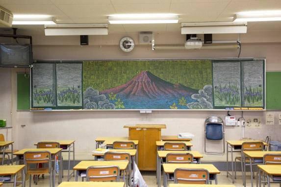 朝、学校の黒板にこんな絵があったらびっくり。同じくムサビがかかわった作品