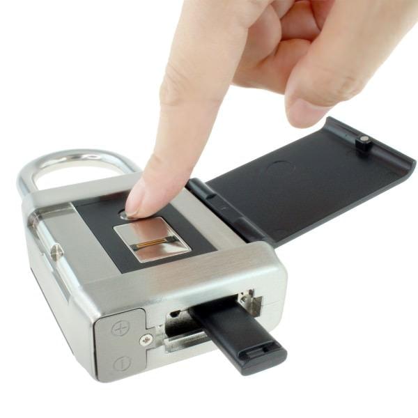 複数人の指紋登録が可能 指紋のリセットには、付属のUSBキーを使用する