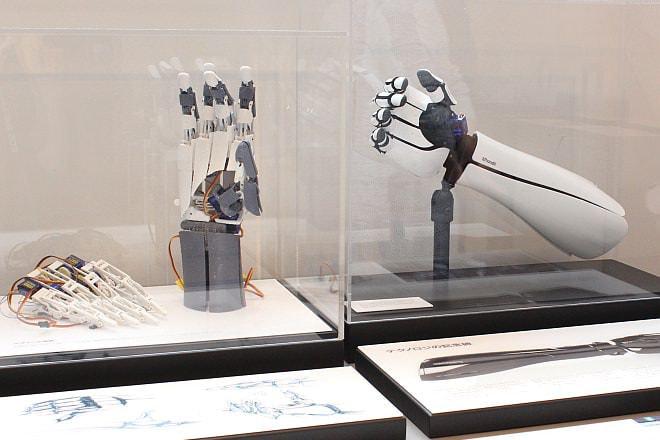 3Dプリンティング技術が用いられた筋電義手「handiii」(exiii)