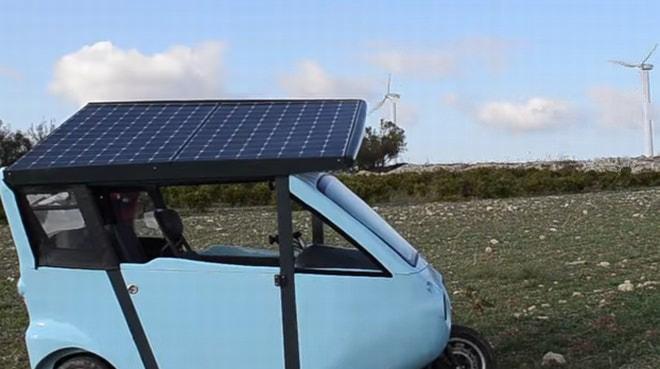 ソーラーパネルは太陽の方向に向けて傾けることができる