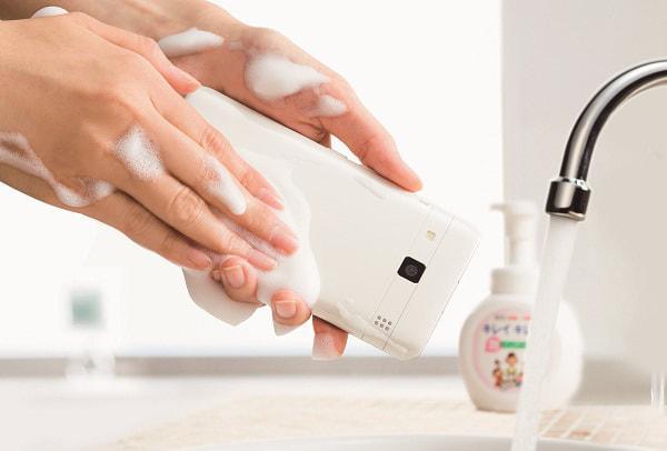 世界初!ハンドソープで洗えるスマホ「DIGNO rafre」―それ、ただの防水では?違う?