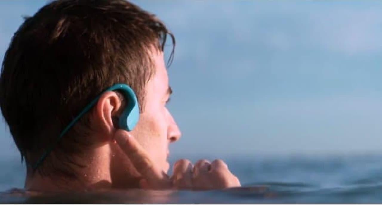 海水に強いウォークマン―装着中も周りの人の声は聞こえます。