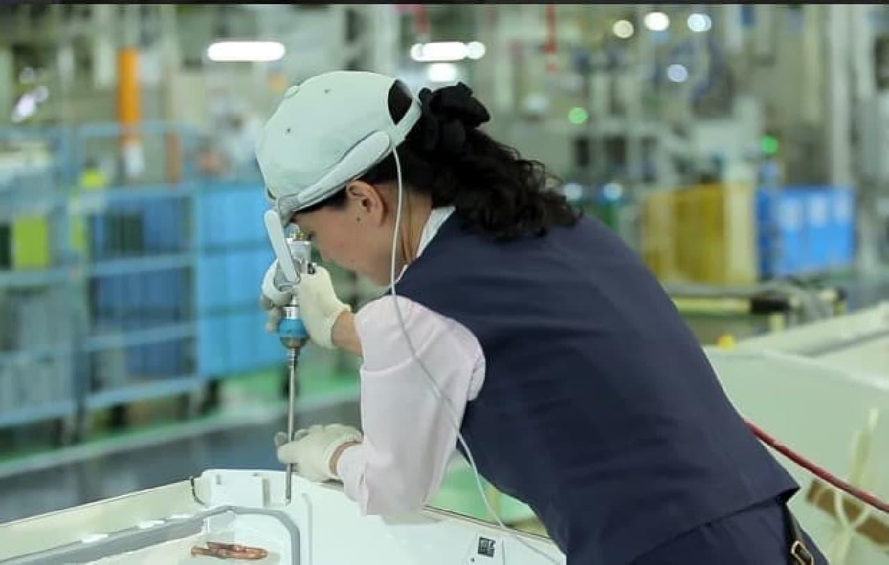 現行モデルは屋内での作業に使っている(パナソニック群馬大泉工場、出典:ブラザー工業)