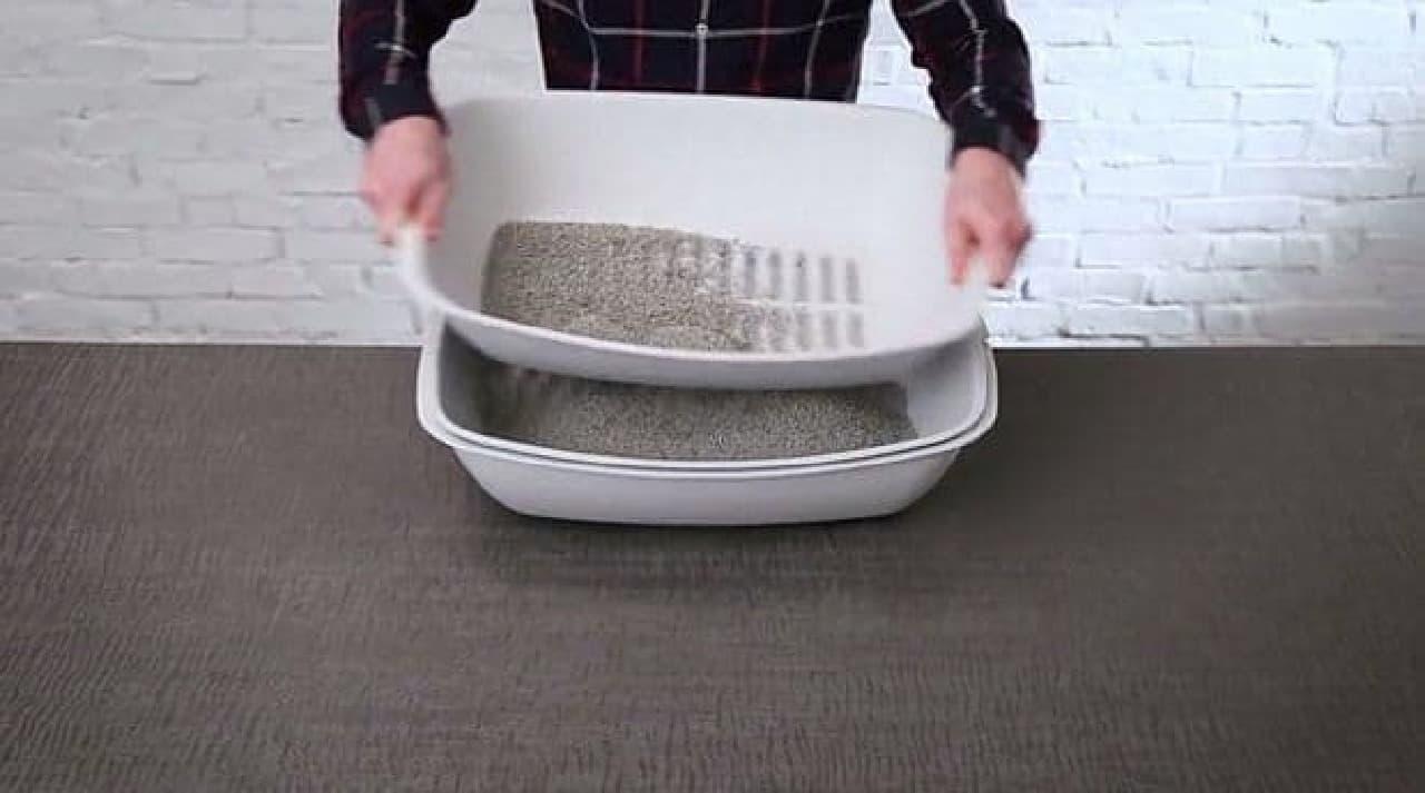 ふるって砂を下の容器に落とす