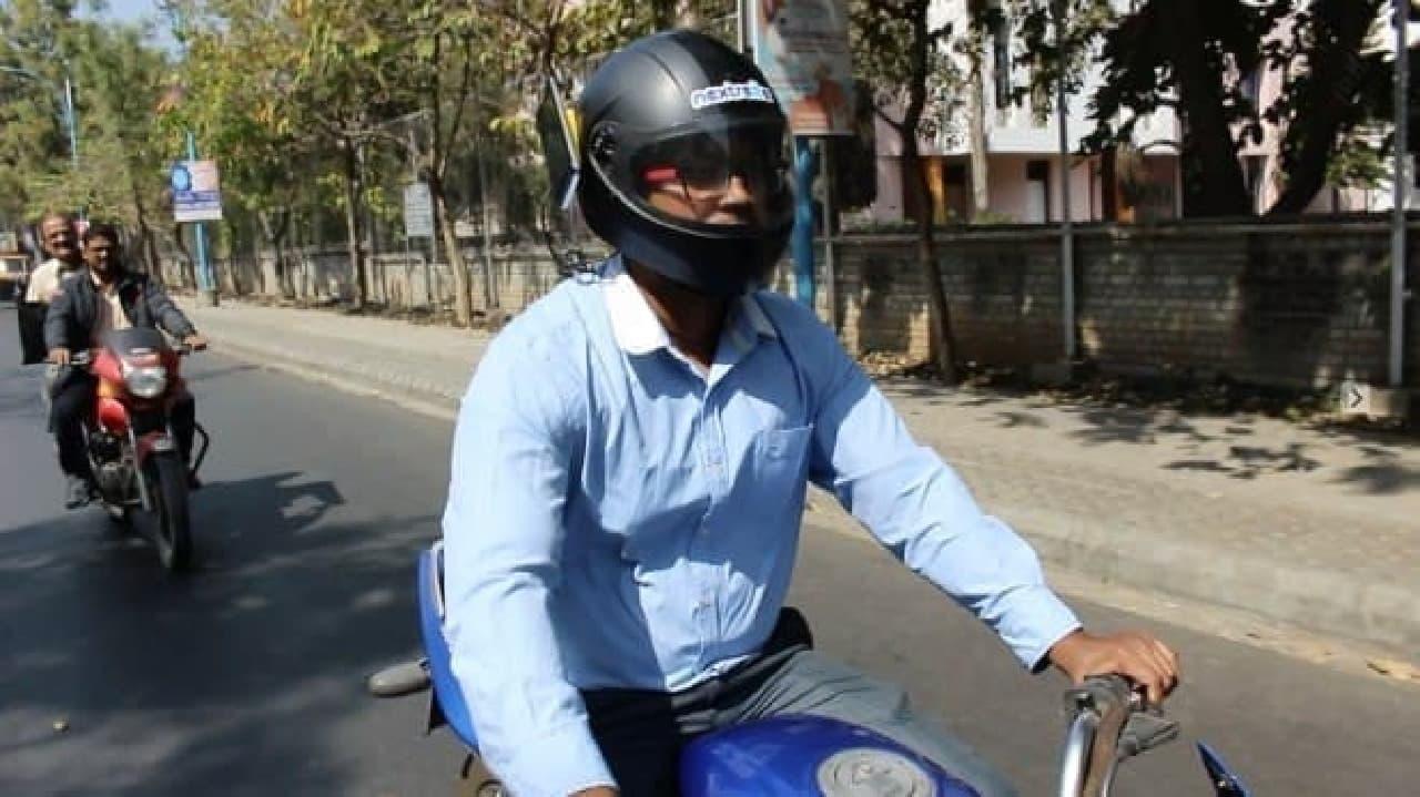 スマートヘルメット路上実験のようす。インパクトは大きそうだ(出典:Nextremer)