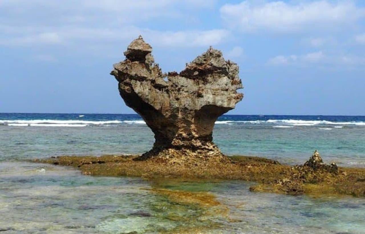 古宇利島(沖縄県)のティーヌ浜にあるハートロック