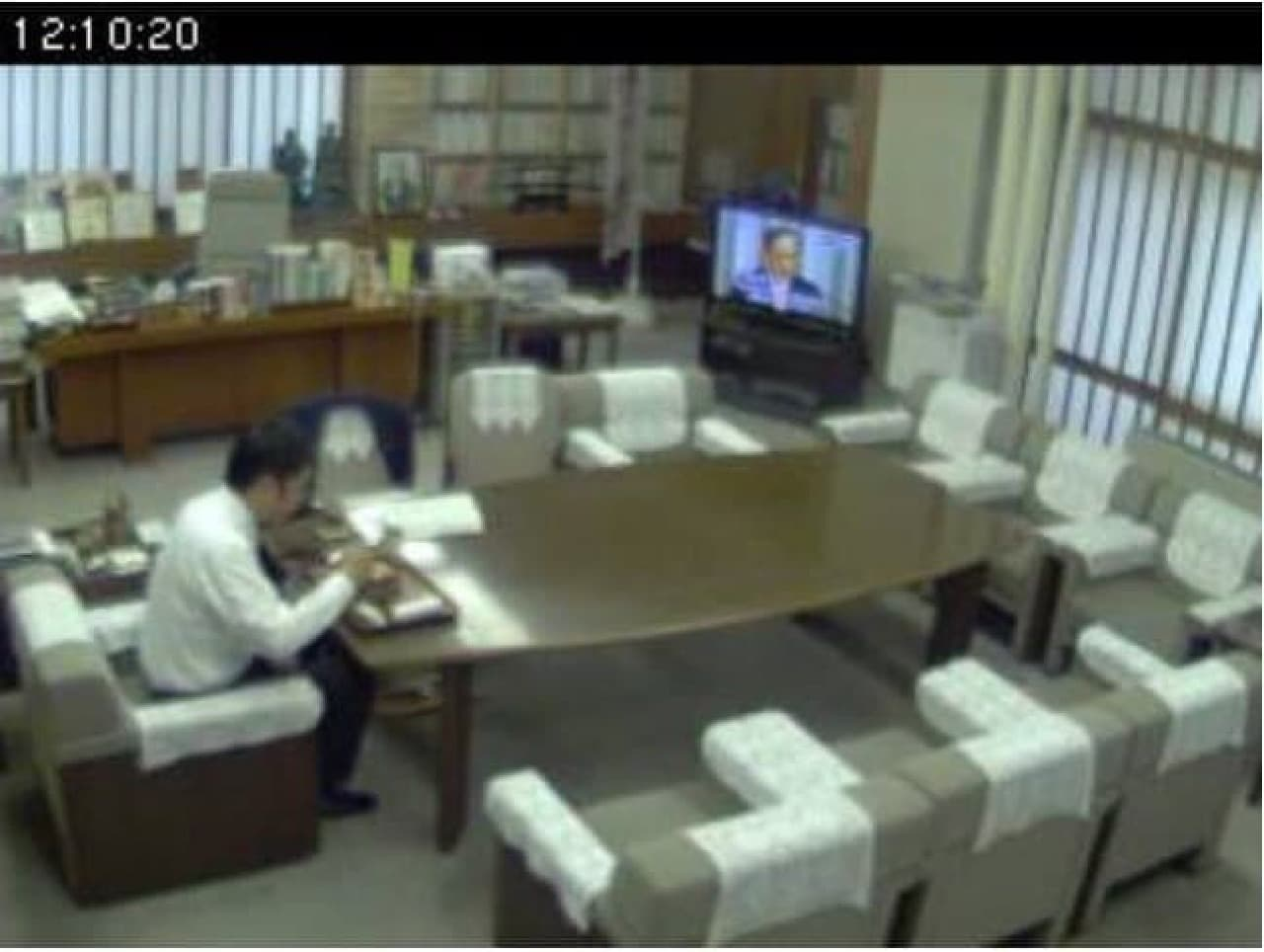 Twitterで話題になっている県知事の食事風景(知事室LIVE中継より)