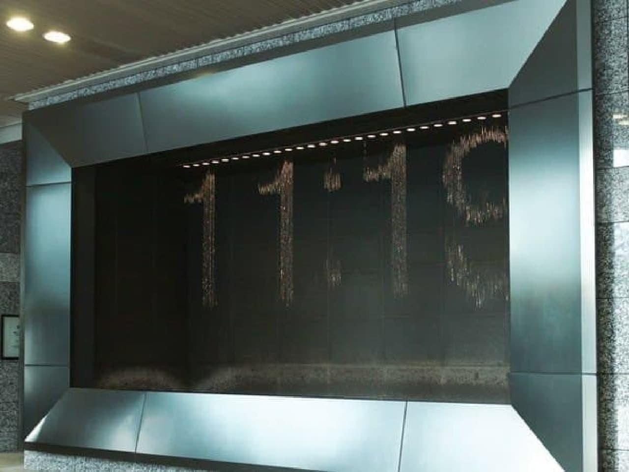 駅ビルの広場にある「水の時計」、大阪の噴水メーカーが手掛けた