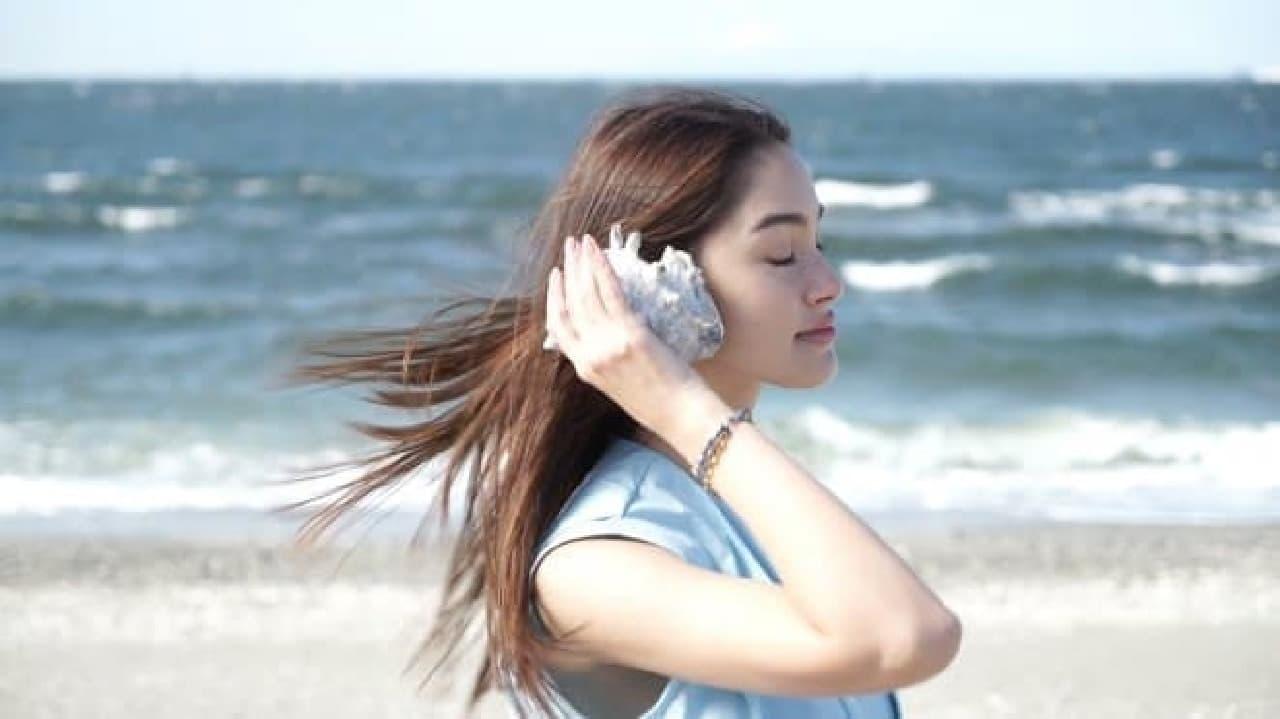 潮騒を聴くように耳に当てて楽しめる