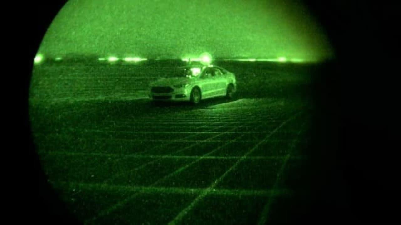 暗視カメラで撮影したようす。ヘッドライトは消えている