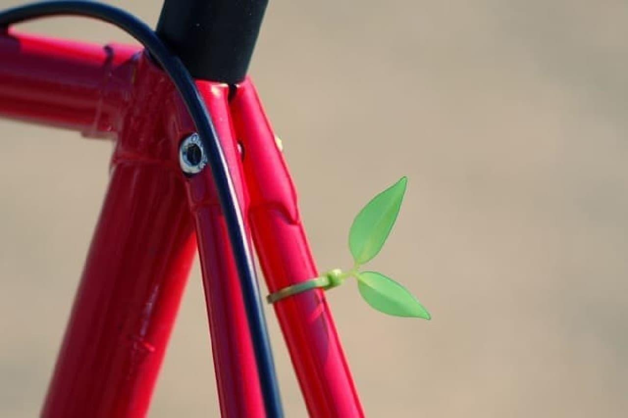 赤い自転車と緑の葉っぱの結束バンド