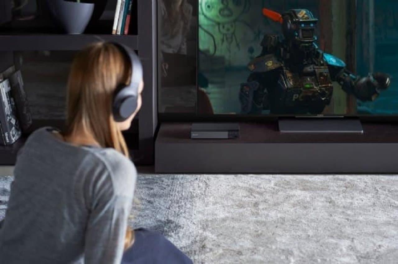 Bluetoothブルーレイプレーヤーで映画を視聴する女性