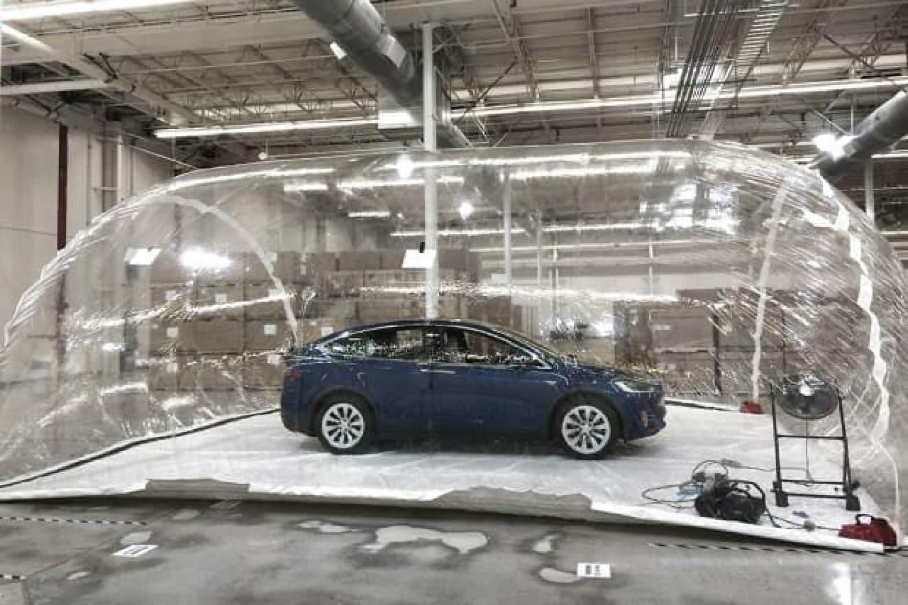 汚染大気を満たしたバブルの中で試験(出典:Tesla Motors)