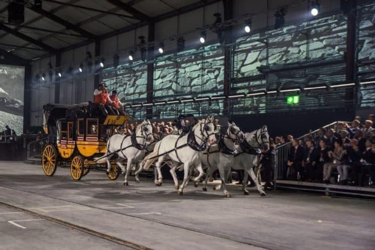 トンネル開通式典で走る馬車