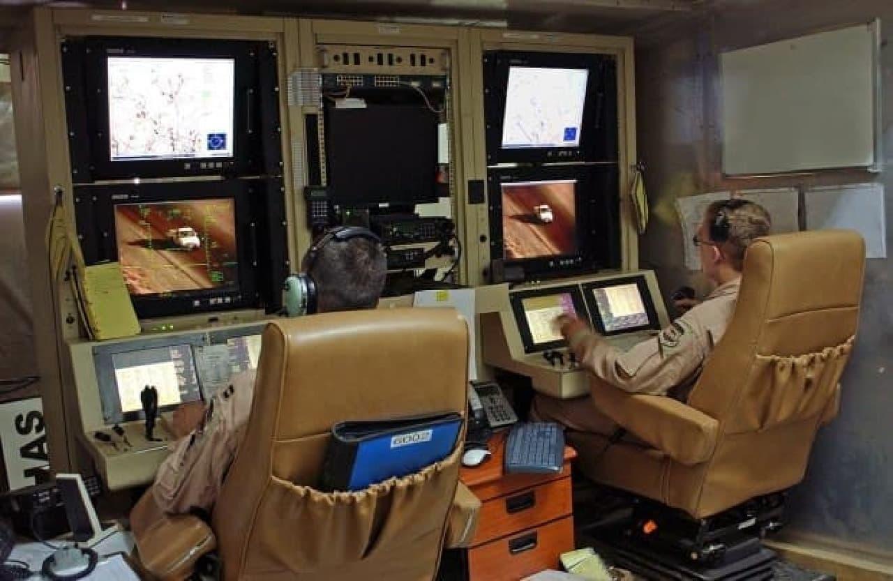 参考画像:MQ-1の地上誘導ステーション