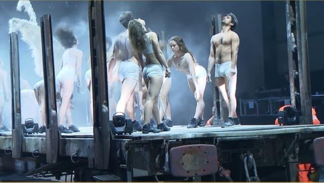 白い煙の中で踊るアーティスト達