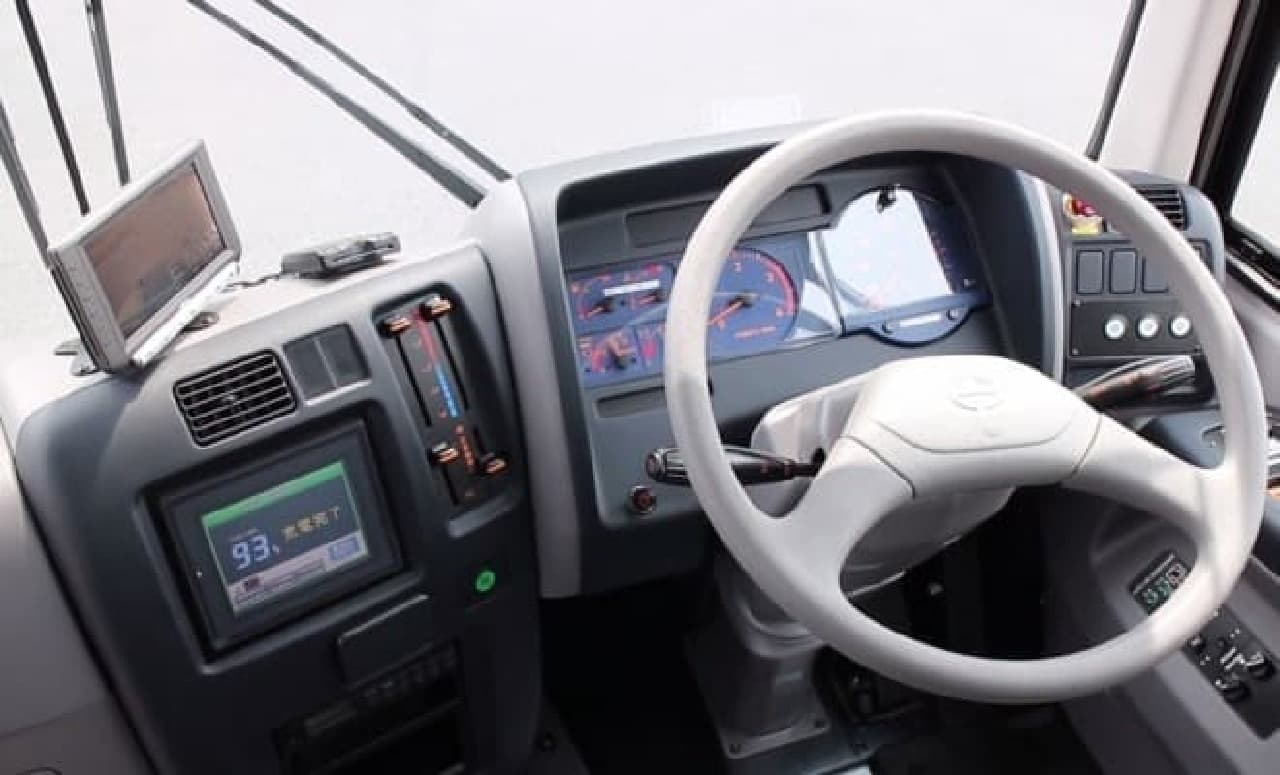 電気バスの運転席