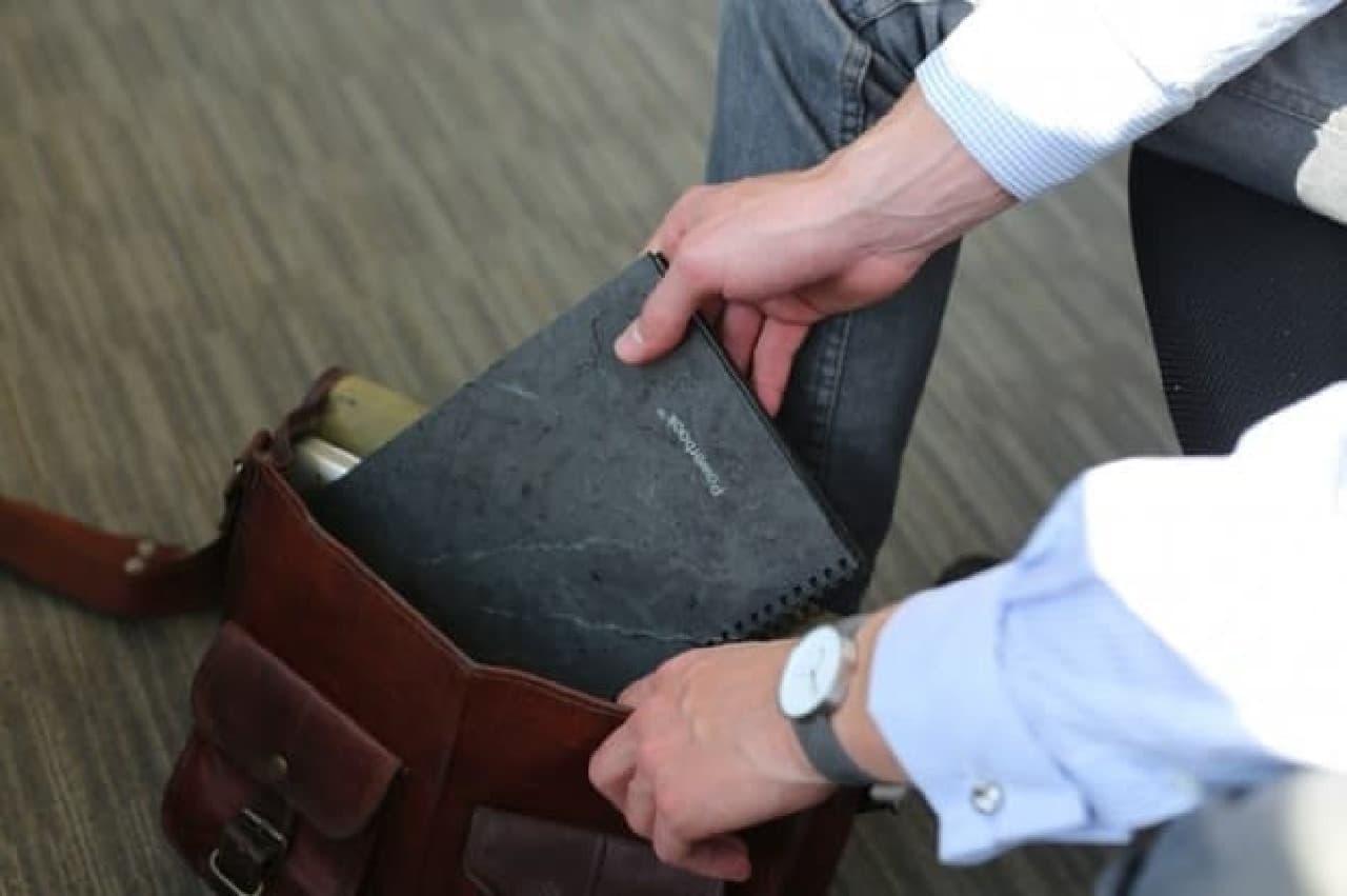 「POWERBOOK」はカバンに入れて手軽に持ち運べる