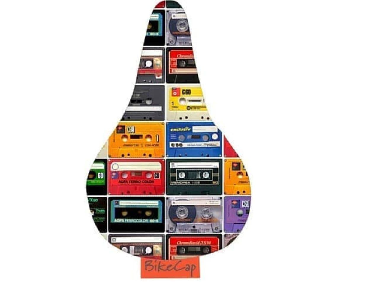 懐かしいカセットテープがデザインされたサドルカバー「オフザレコード」