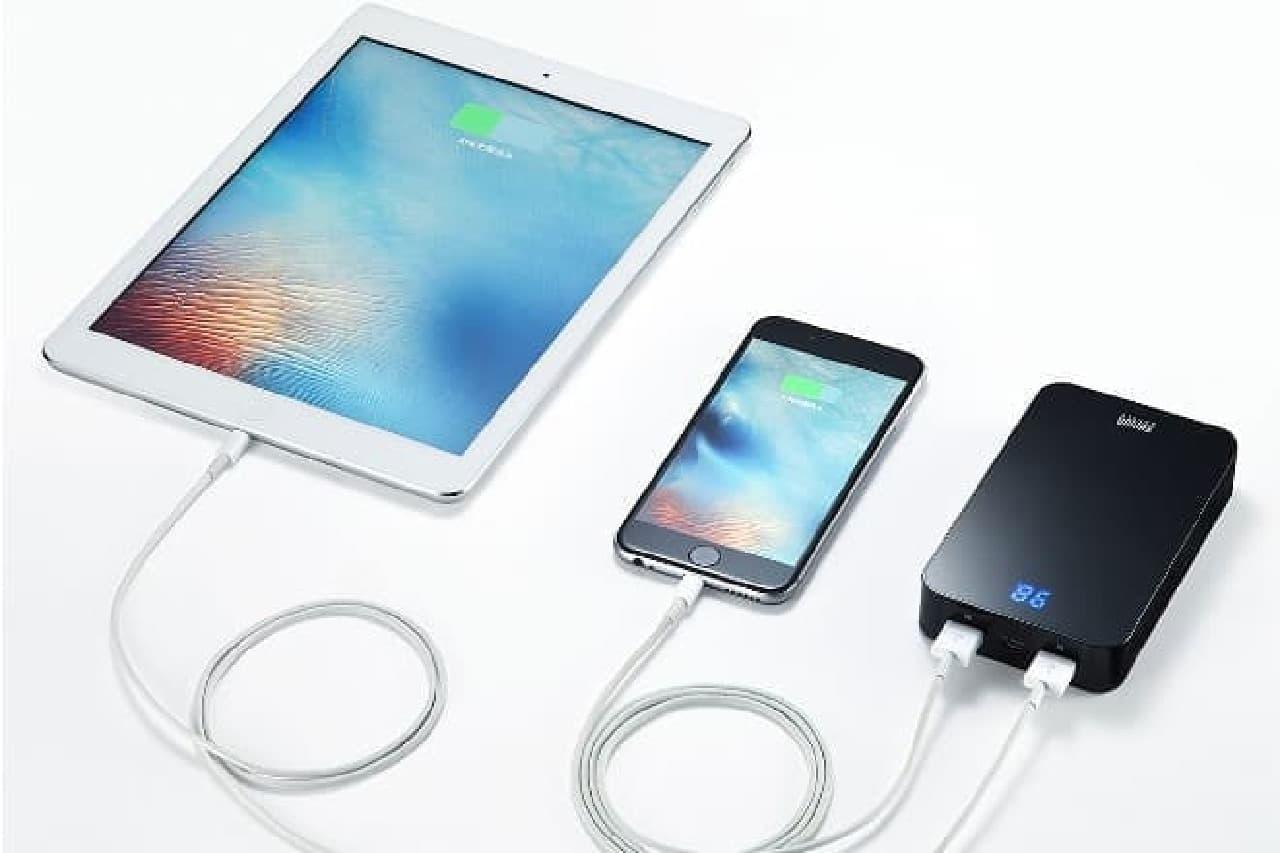 スマートフォンとタブレットを同時に充電する黒いモバイルバッテリー