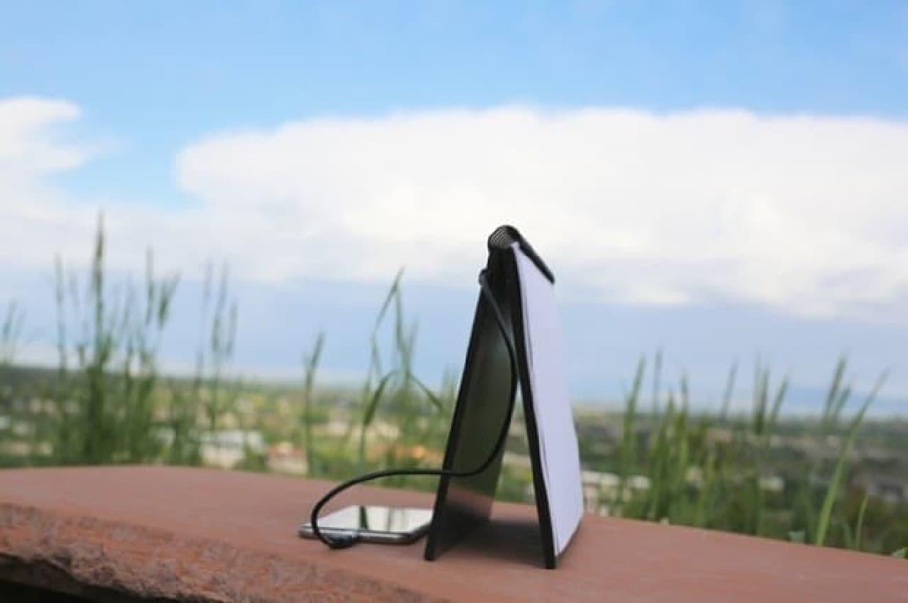 「POWERBOOK」は太陽光に向けて設置可能なソーラーパネル