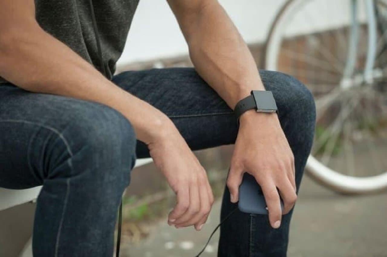 腕時計型のサブウーファー「Basslet」